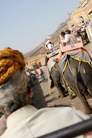 インド・ジャイプル郊外のアンベール城にて象に乗って出発したところ