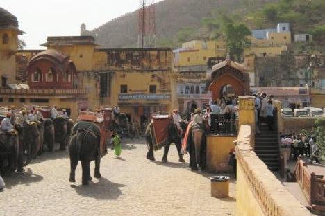 インド・ジャイプル郊外のアンベール城にある象タクシーの乗り場