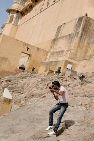 インド・ジャイプル郊外のアンベール城にて象タクシーの撮影をするカメラマンその1