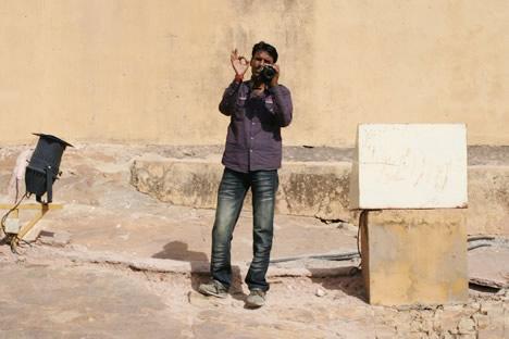 インド・ジャイプル郊外のアンベール城にて象タクシーを撮影して満足するカメラマンその2