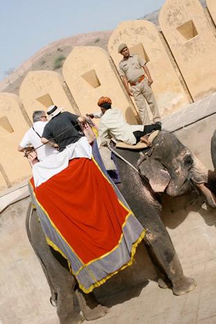 インド・ジャイプル郊外のアンベール城の象タクシー降り場