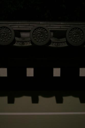 妙心寺の瓦と影