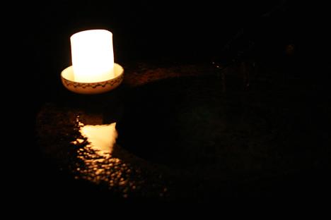 妙心寺東林院の梵燈のあかりに親しむ会、池の灯り