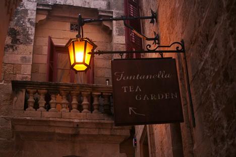 イムディーナの有名カフェ、Fontanella Tea Gardenの看板