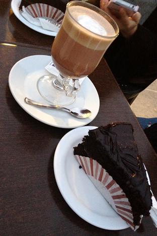 イムディーナの有名カフェ、Fontanella Tea Gardenのチョコレートケーキとホットチョコレート