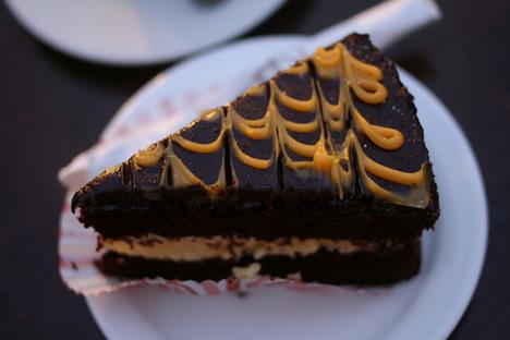 イムディーナの有名カフェ、Fontanella Tea Gardenのオレンジチョコレートケーキ
