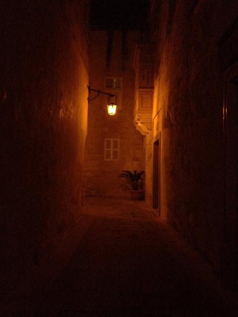 夜のイムディーナ路地