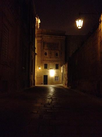 夜のイムディーナで強烈に光る発光体