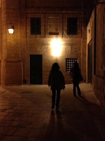 夜のイムディーナで強烈に光る物体