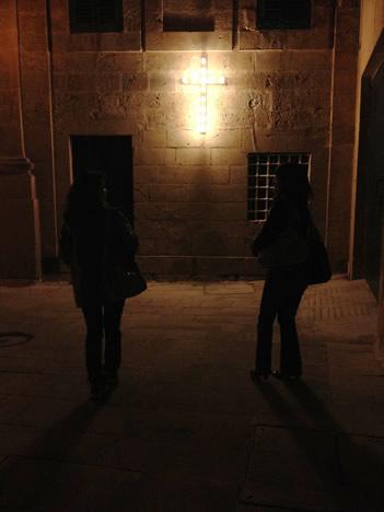 夜のイムディーナで強烈に光る十字架