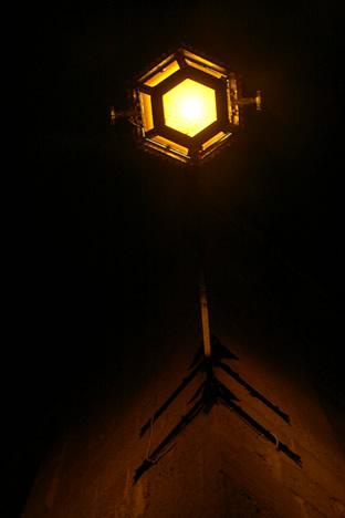 夜のイムディーナ街灯を下から見たところ