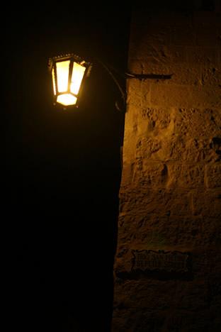 夜のイムディーナ街角の街灯