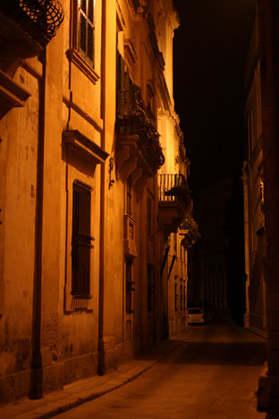 夜のイムディーナ街並み