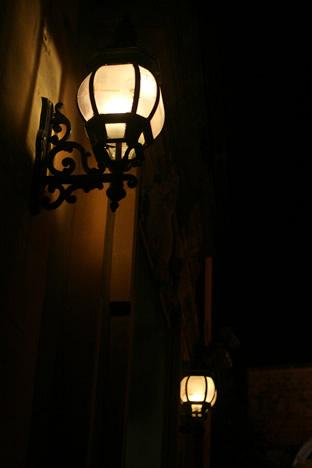 夜のイムディーナ丸い街灯