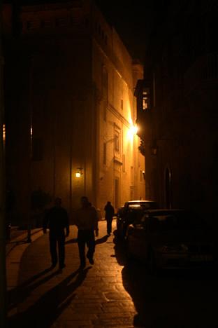 夜のイムディーナを歩く人々