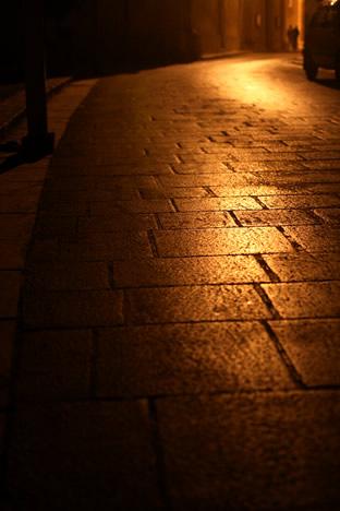 夜のイムディーナで光が反射する石畳