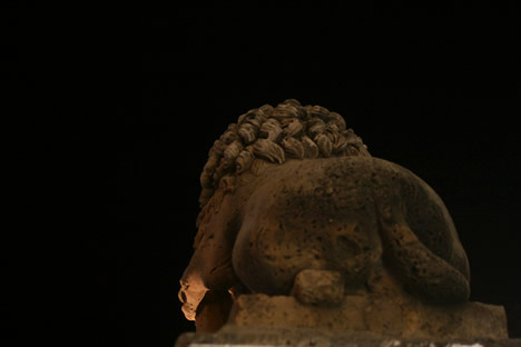 イムディーナの入口にいるライオンのおしり夜バージョン