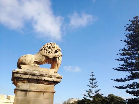 イムディーナの入り口にいるライオン