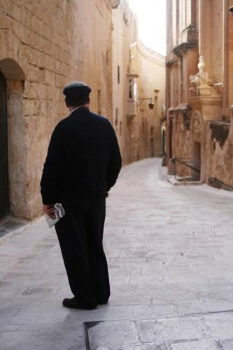 イムディーナの路地で佇む初老男性