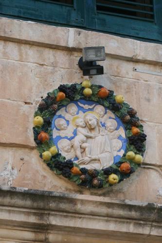 イムディーナの民家にある聖母子レリーフ