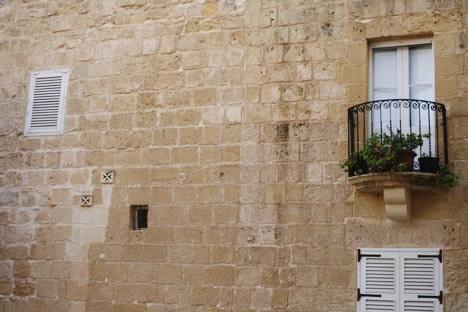 イムディーナの民家にあった壁面のマルタ十字