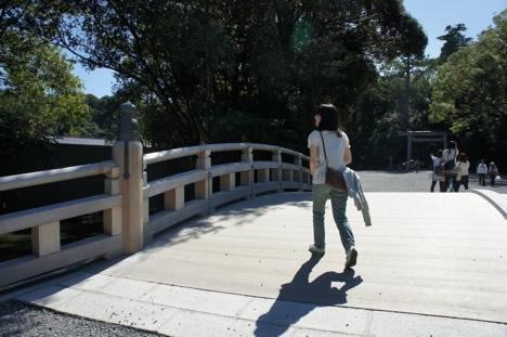 伊勢神宮外宮の火除橋を渡るホソミ