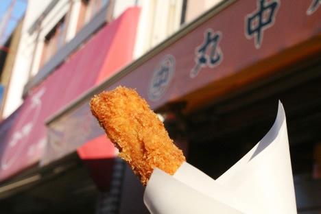 松阪のお肉屋さんで和牛串を掲げるホソミ