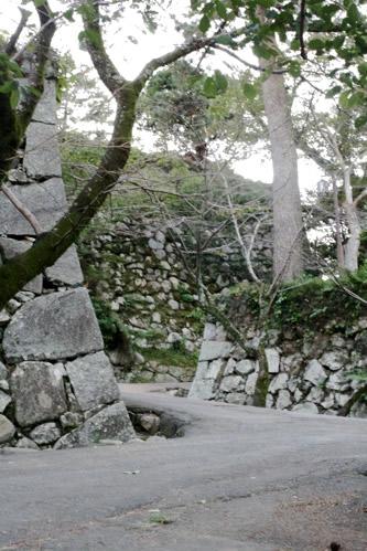松坂城の石垣をすり抜ける道