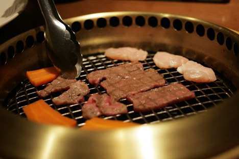 農場バーベキューレストランMow&Buuの食べ放題冒頭に出現する野菜とお肉の盛り合わせを焼いているところ