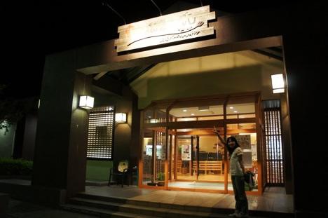 農場バーベキューレストランMow&Buuの入り口前で記念撮影