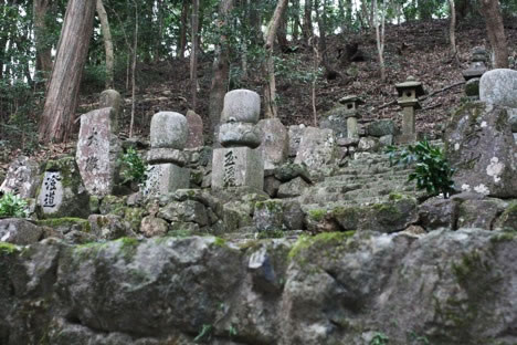 ひっそりと並ぶ墓石たち