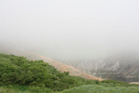 なかなか見えない霧の中の蔵王御釜(五色沼)