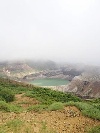 霧が晴れて見えた蔵王の御釜(五色沼)