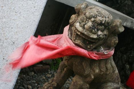 宮城蔵王刈田岳の山頂にある刈田嶺神社奥宮で風に吹かれる狛犬