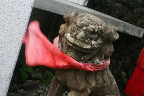 宮城蔵王刈田岳の山頂にある刈田嶺神社奥宮で風に揉まれる狛犬