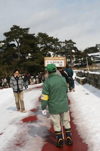松島かき祭りの焼き牡蠣無料配布待機列最後尾