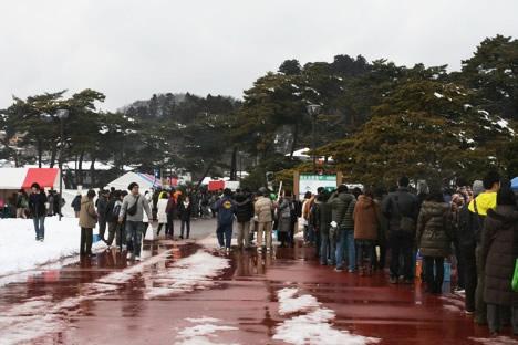 松島かき祭り焼き牡蠣無料配布を待つ行列