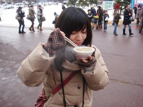 牡蠣鍋を食べるホソミ