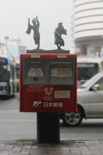 徳島駅前のポスト上で阿波おどりを踊る像