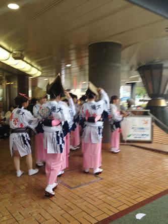 徳島駅前で開始直前の徳島阿波おどり練習風景
