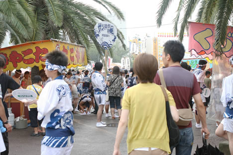 徳島阿波おどり開始直前!屋台と人で賑わう街の様子