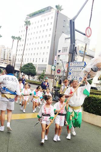 徳島阿波おどり直前の阿波おどり衣装の人々