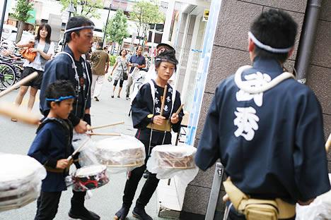 徳島阿波おどり直前、お囃子の練習をする少年たち