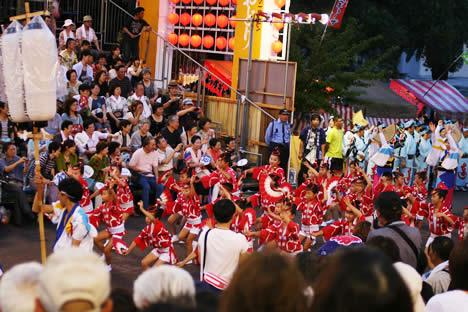徳島阿波おどり・藍場浜演舞場で踊る子どもたち