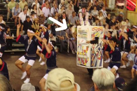 徳島阿波おどり・藍場浜演舞場で踊るダイドー連の自動販売機