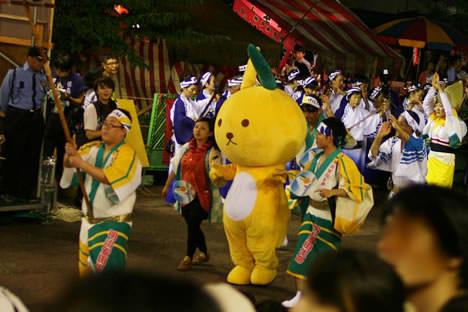 徳島阿波おどり・藍場浜演舞場で踊る明治安田生命ライフアカウントLAのうさぎ