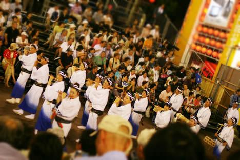 徳島阿波おどり・藍場浜演舞場を賑やかに通るお囃子隊