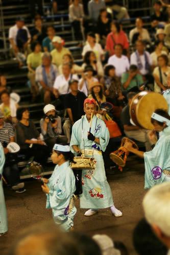 徳島阿波おどり・藍場浜演舞場を賑やかに通る赤リーゼントの太鼓お兄さん