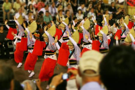 徳島阿波おどり・藍場浜演舞場で踊る水玉連の女踊り