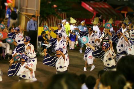 徳島阿波おどり・藍場浜演舞場で踊る水玉連の男踊り